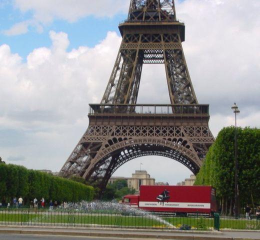 Vrachtwagen pianotransport en vleugeltransport in Parijs, Frankrijk - Eifeltoren
