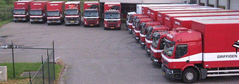 Wagenpark met vrachtwagens en kraanwagens van Griffioen Transport.